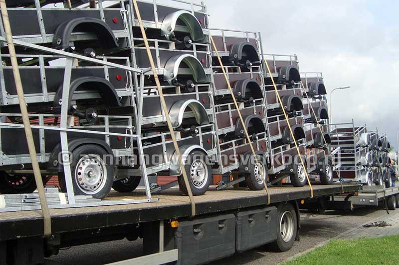 Vrachtwagen geladen met een levering aanhangwagens