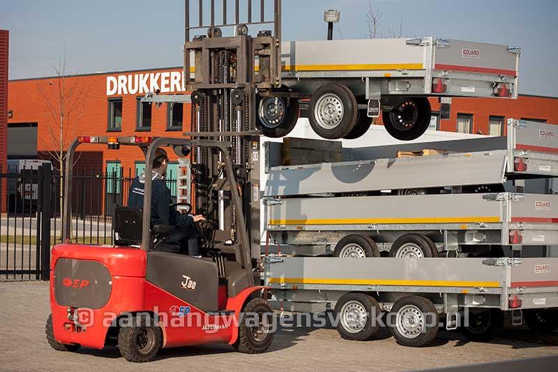 Heftruck haalt aanhangwagen van stapel voor de verkoop