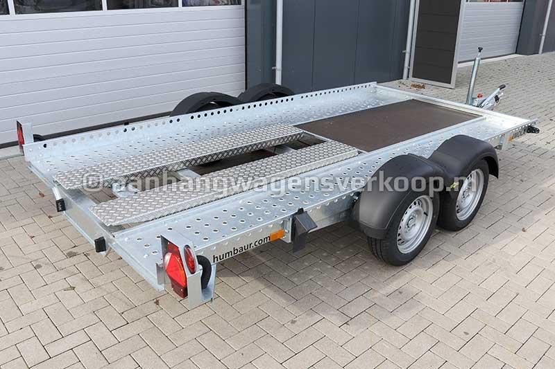 Humbaur autotransporter met wielen naast de laadvloer