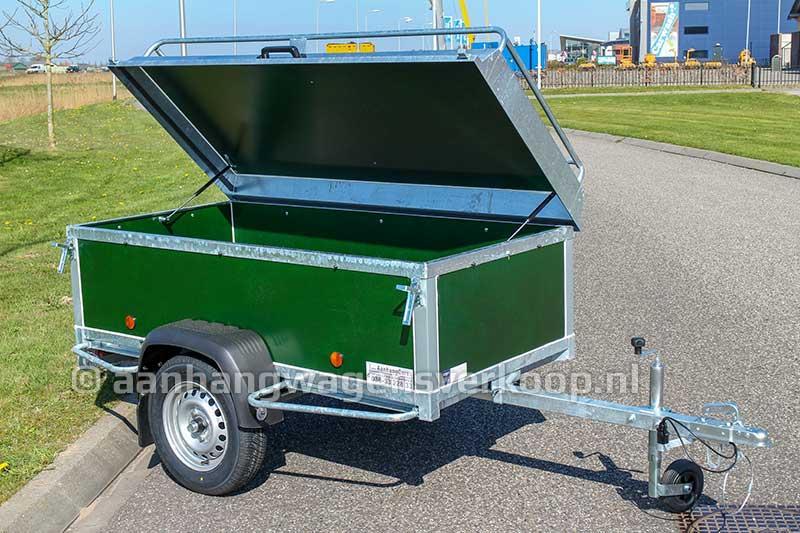 Bagagewagen met groene betonplex panelen