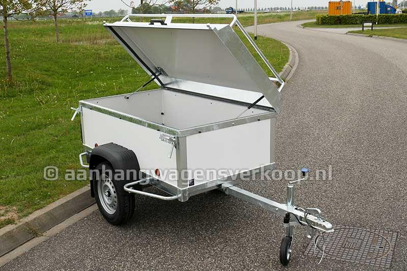 Kleine bagage aanhangwagen met geopend deksel