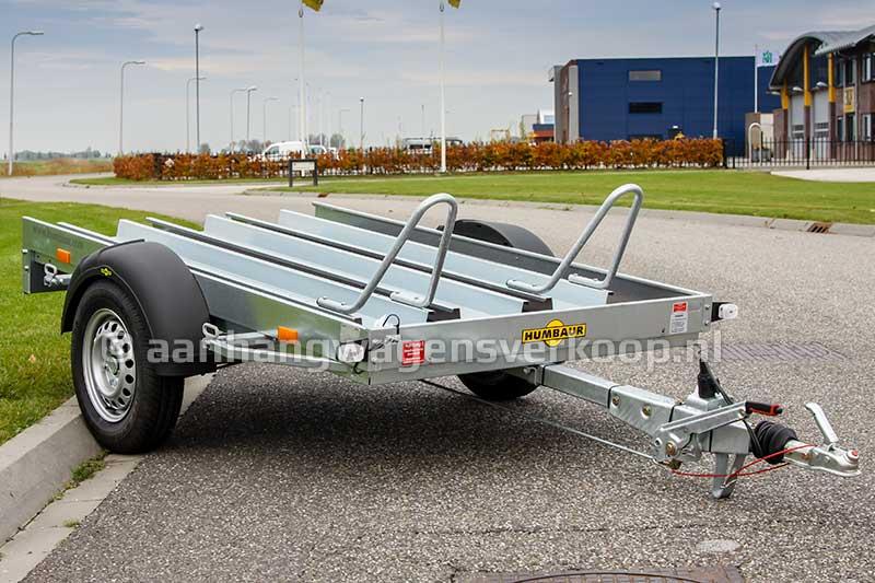Geremde enkelas motortransporter geschikt voor het vervoer van twee motoren