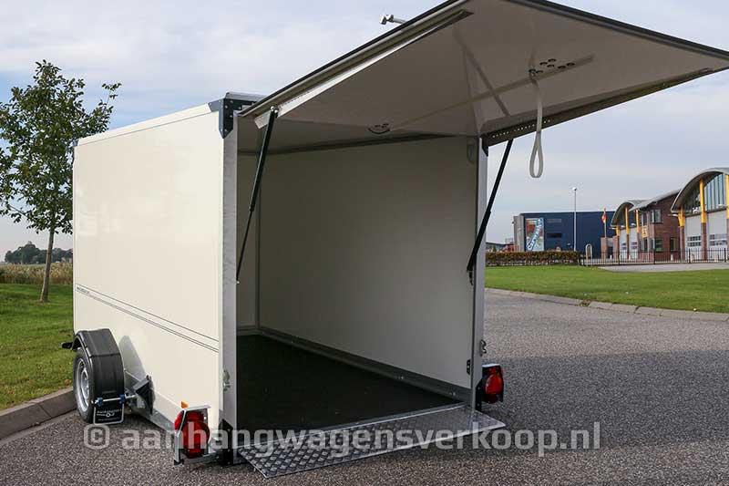 Zakbare enkelas gesloten aanhangwagen met gezakte laadruimte en geopende achterklep